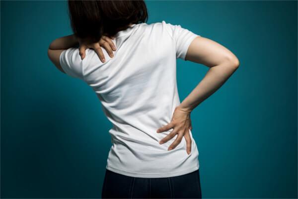 肩こり・腰痛を抱える女性
