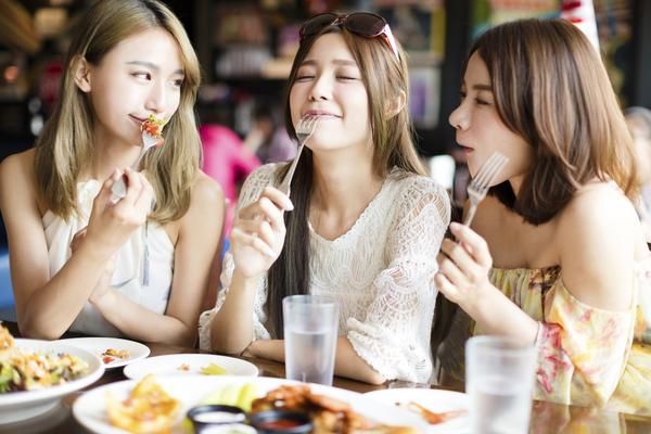 女性3人食事