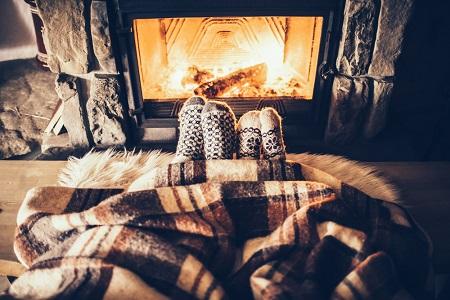 暖炉で温まる男女
