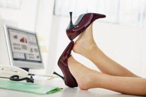 デスクに足を置く女性